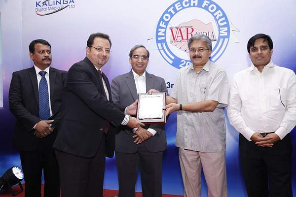 ajay-kaul-geo-head-dell-india-receives-brand-of-excellence-award-from-savitur-prasad-Principal- integrated-financial-adviser-arm