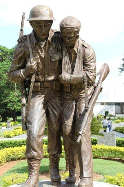Statue commemorating the US/Philippines services working together